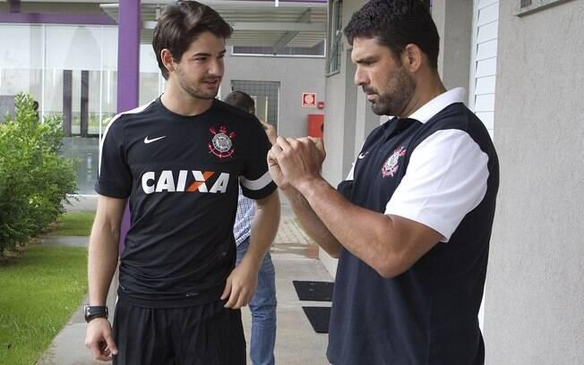 Pato conversa com Bruno Mazziotti,  fisioterapeuta do Corinthians