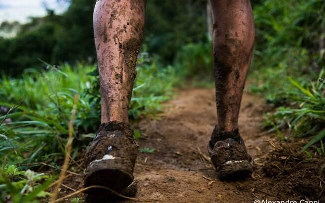 Muita lama pelo meio do caminho nas trilhas  na Costa do Cacau