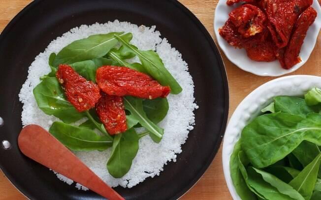 Clique aqui e veja como fazer tapioca de rúcula com tomate seco
