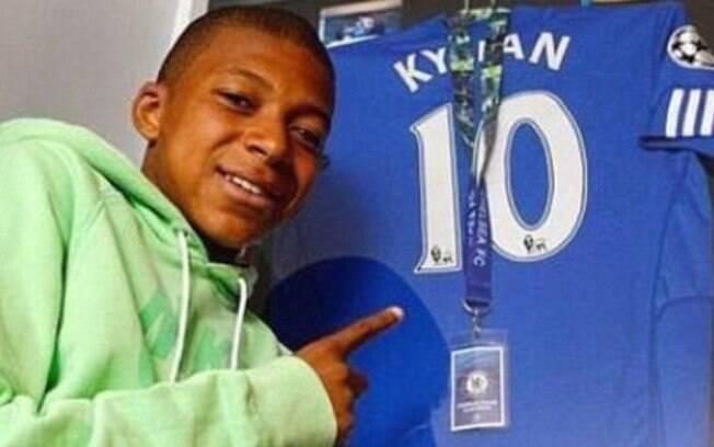 Mbappé posa com a camisa 10 do Chelsea usada em seu período de testes no clube