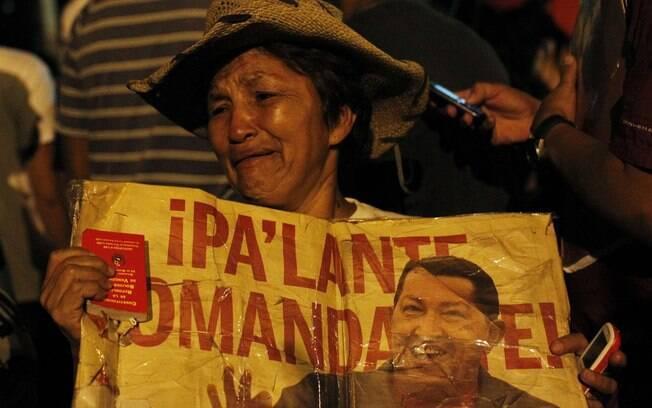 Partidária de Hugo Chávez reage ao anúncio da morte do presidente venezuelano em Caracas (05/03)