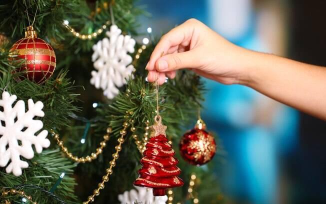Na hora de montar a árvore de Natal, comece pelos enfeites maiores e, em seguida, os menores, orienta a decoradora