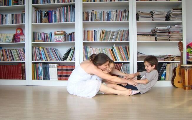 Gisele e os filhos, Cássio e Cecília: alívio ao ser demitida e trabalho em casa, ilustrando livros infantis