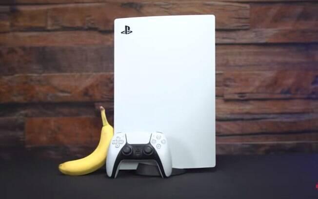 PlayStation 5 em comparação com uma banana