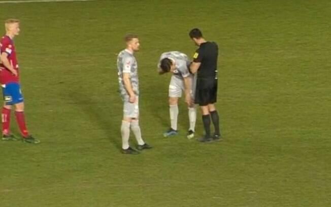 Mattias Ozgun machuchou o olho ao entrar em campo.