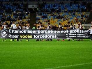 Faixa de protesto foi levantada por todos os jogadores em direção à torcida do Botafogo