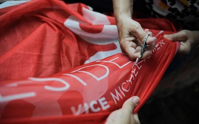 Ato esvaziado no Rio de Janeiro defendeu a presidente Dilma; manifestante tira o nome do vice, Michel Temer, da bandeira. Foto: Fernando Frazão/ Agência Brasil - 13.3.16