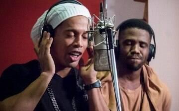 Relembre 5 vezes em que Ronaldinho Gaúcho mitou se arriscando na música