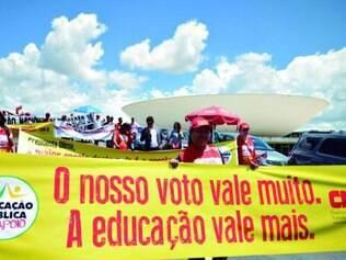 Servidores da educação fizeram protesto ontem em frente ao Congresso