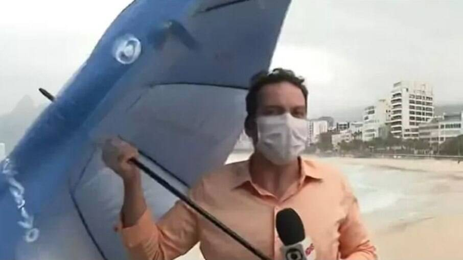 Repórter durante a transmissão ao vivo