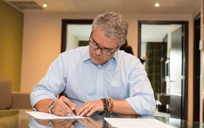 Novo presidente da Colômbia pretende reduzir os impostos para as empresas com o intuito de incentivar a produção