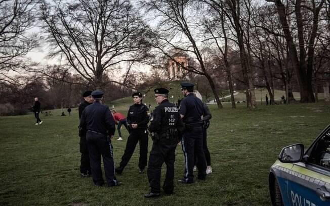 Policiais alemães patrulham um parque em Munique