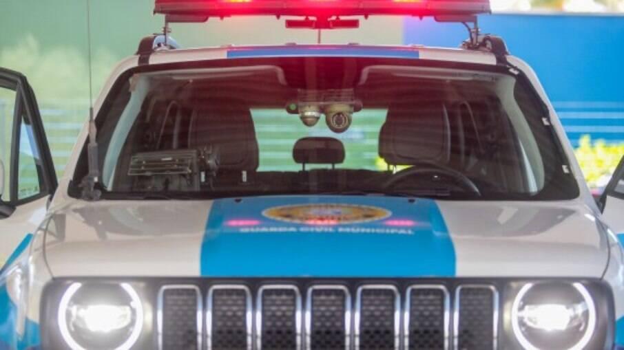 Equipe estava em patrulhamento pelo bairro quando recebeu uma informação de que três rapazes estariam mexendo em um carro próximo dali