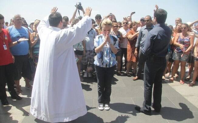 Padre Fábio de Melo faz oração no pé do Cristo Redentor