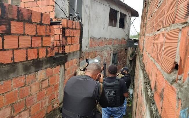 Policiais civis cumprem mandados de busca e apreensão na Bahia, durante Operação 404 do Ministério da Justiça