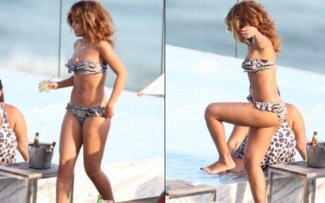 Rihanna entra na piscina do hotel