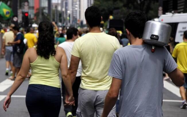 Na onda do panelaço do domingo (8), manifestante foi para a Avenida Paulista neste dia 15 com panela de pressão. Foto: Uriel Punk/Futura Press
