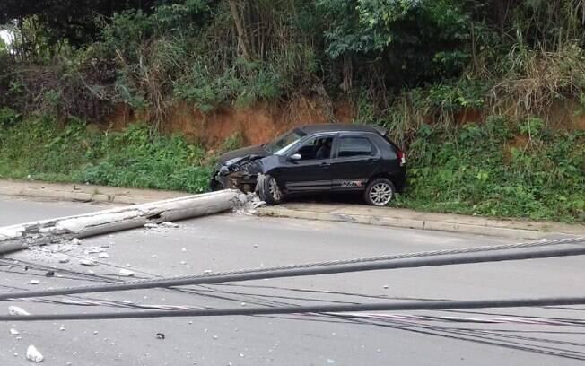 Motorista bate contra poste e deixa bairro sem energia em Santa Bárbara
