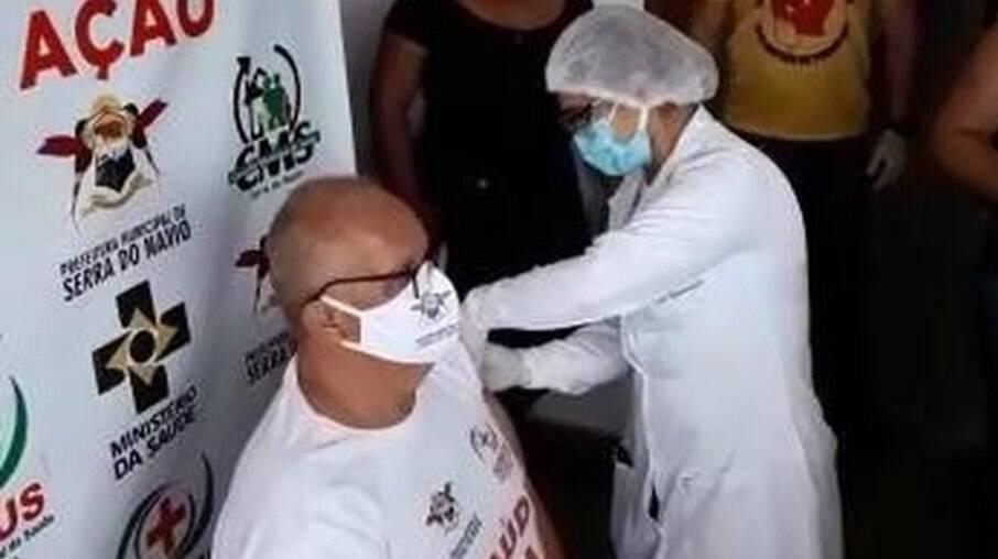 Secretário de saúde que duvidava de vacina fura fila para ser imunizado