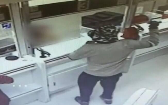Homem foi preso após usar abacate como granada e assaltar dois bancos em Israel