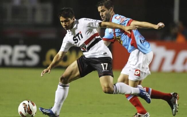 Osvaldo busca sair da marcação de argentino  no Pacaembu