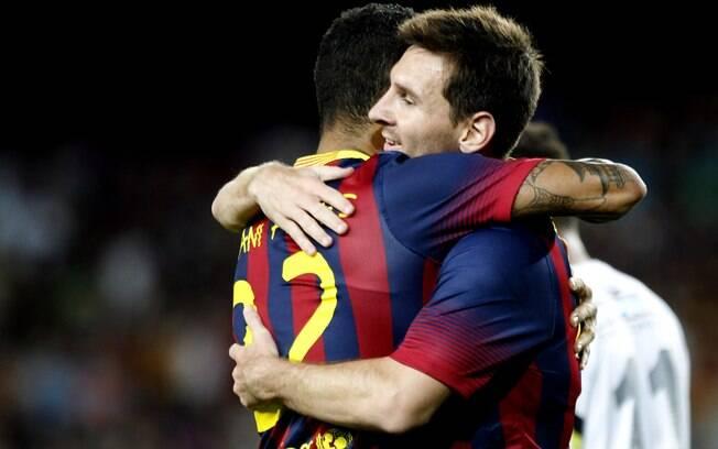 Daniel Alves é abraçado por Lionel Messi  depois do gol contra de Leo na vitória do  Barcelona sobre o Santos