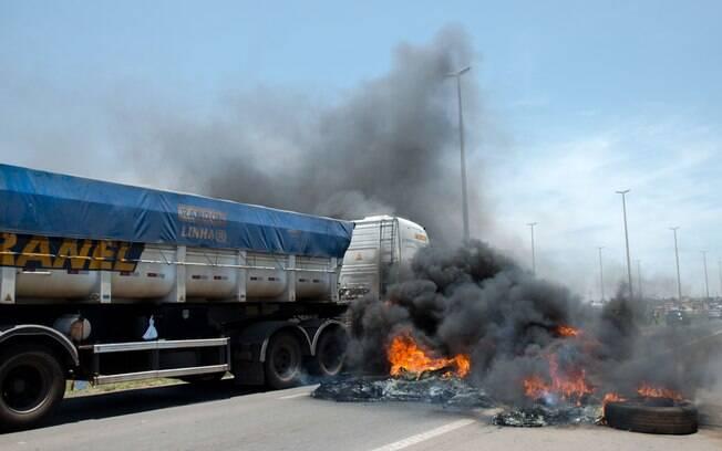 Caminhoneiros atearam fogo em pneus na BR-040, na região de Valparaíso de Goiás