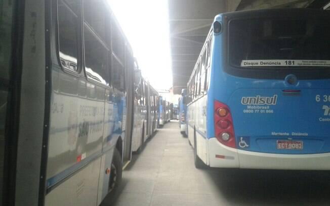 Ônibus parados em manifestação no Terminal Jabaquara (zona sul de São Paulo)