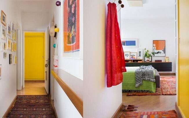 Tapetes étnicos e estampados são ótimos para combinar com móveis de madeira