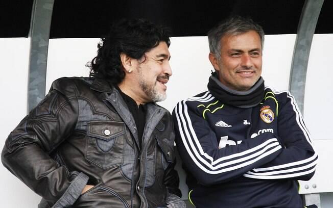 José Mourinho recebe a visita de Maradona em  treino do Real Madrid