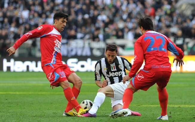 Marchisio disputa a bola em ataque da  Juventus contra defesa do Catania