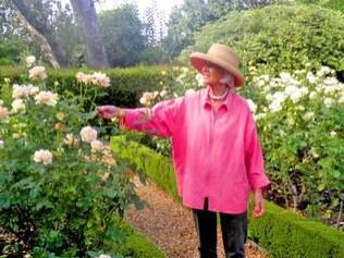 Aos 82 anos, a jardineira Jean Almon cuida dos jardins do The Cellars há 22