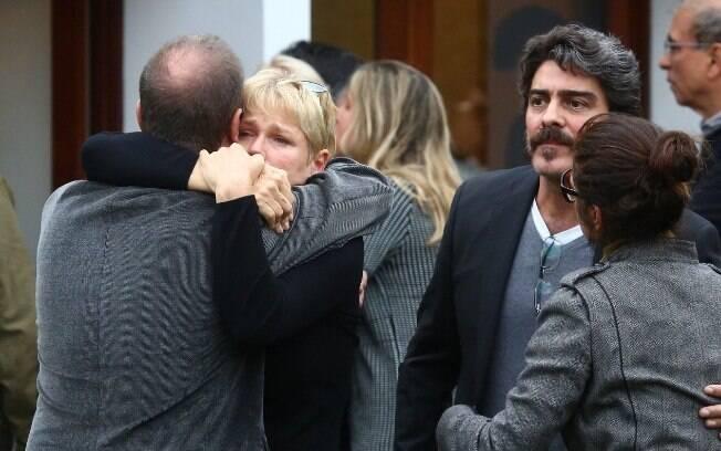 Xuxa Meneghel e família no velório de Cirano Rojabaglia, no domingo (13)