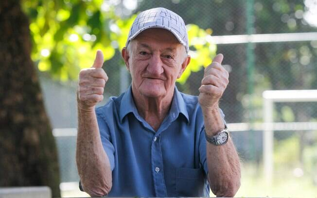 Russo mora em uma vila de casa em Inhaúma, no Rio, e posou para o iG na praça do local
