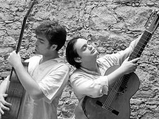 """O baixolão de Guto Wirtti e o violão de Yamandu Costa apresentam """"Bailongo"""" em BH"""