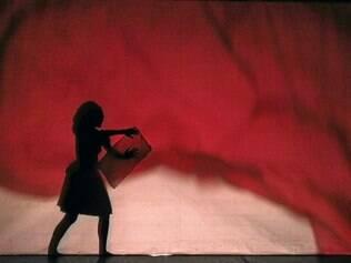 Silhuetas. Teatro de sombras faz referência à menina que vê tudo em preto e branco