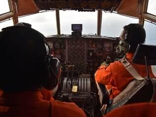 Buscas pelo avião AirAsia são feitas nesta segunda-feira (29)