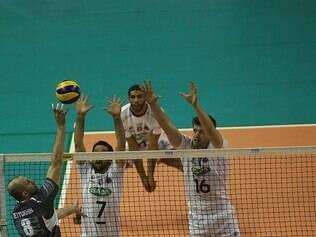 Jogadores do Sada Cruzeiro estiveram atentos no bloqueio diante dos russos
