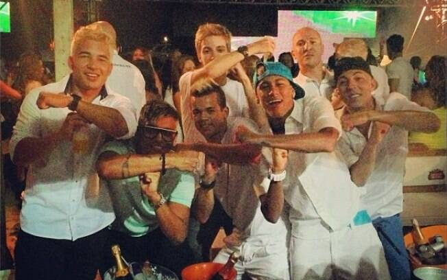 Neymar celebra chegada de 2013 com amigos