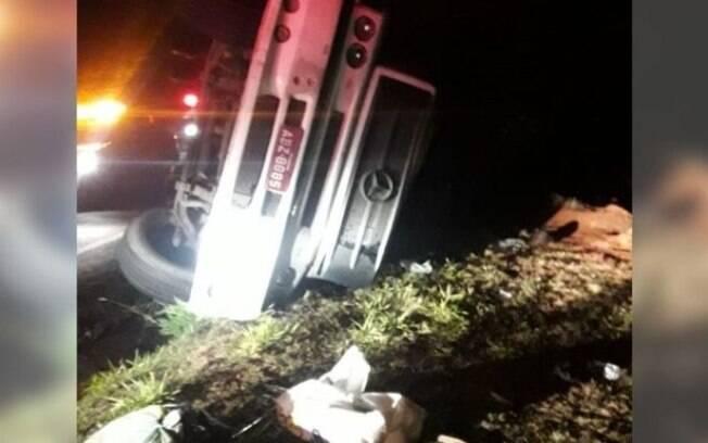 Caminhão carregado com ração tomba no Anel Viário, em Campinas