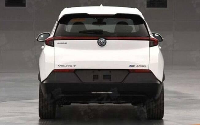 A traseira revela a linha que interliga as duas lanternas traseiras, tendência no visual dos carros de última geração