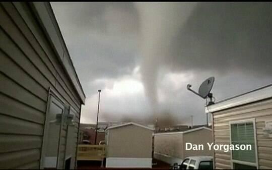 Americanos escapam de tornado e filmam destruição; assista - Mundo - iG