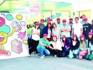 Artista Maria Raquel foi até a redação do jornal mais vendido em Minas Gerais para fazer uma super-homenagem de aniversário