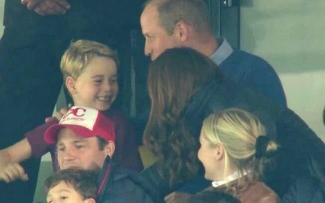 príncipe george ao lado dos pais