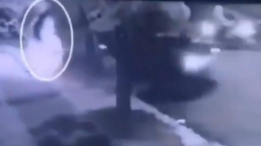 Câmera flagra mulher atropelando namorado em Ribeirão Preto