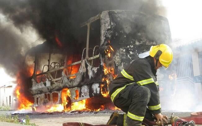 Minas Gerais vive dias de ataques a ônibus e prédios públicos em 37 municípios