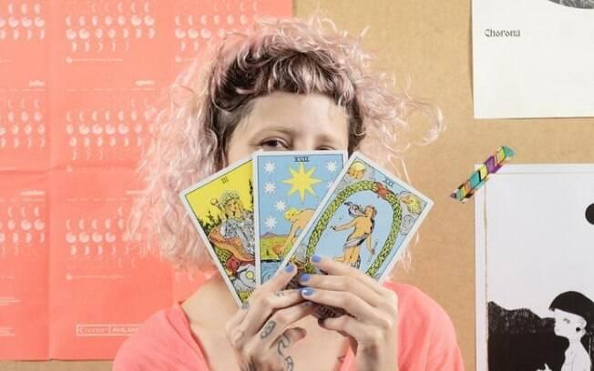 Além das previsões dos signos, a Madama fala sobre astrologia de forma divertida e usa memes para explicar influências