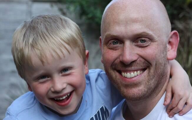 Harrison e Alex: anúncio polêmico para sensibilizar pessoas sobre doença degenerativa sem cura