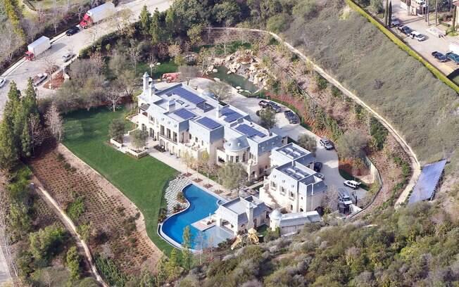 A piscina tem formato de lagoa e a casa é toda sustentável