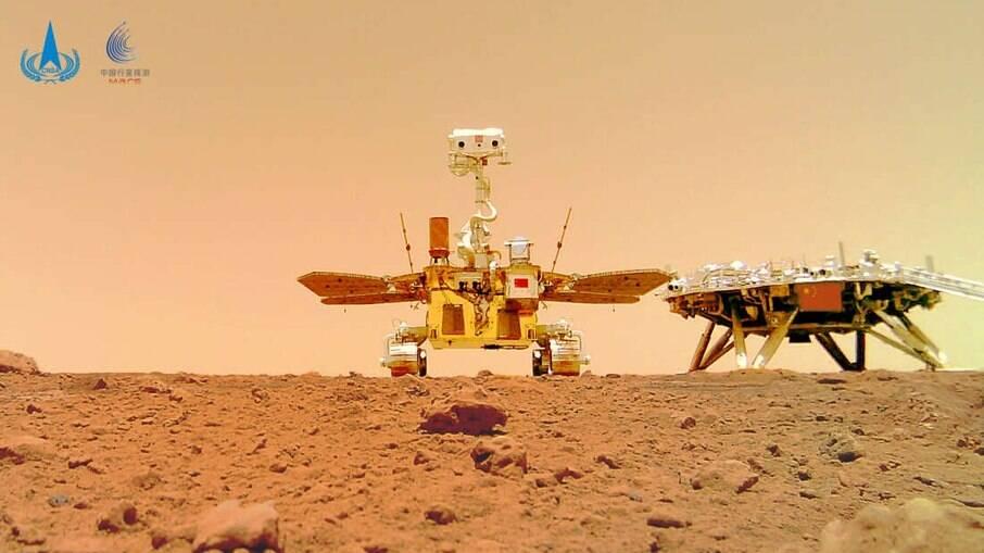 O rover chinês Zhurong e o módulo de pouso da missão Tianwen-1, capturados na superfície de Marte por uma câmera separada do rover, são vistos nesta imagem divulgada pela Administração Espacial Nacional da China (CNSA) em 11 de junho de 2021